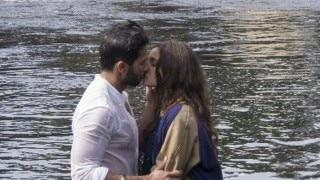 Revealed! Shahid Kapoor and Alia Bhatt's Shaandaar kiss in the water!