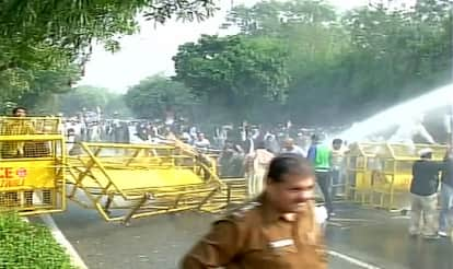 AAP Vs Congress: Protests over Jan Lokpal Bill turn violent; police use water canon to dispel protestors