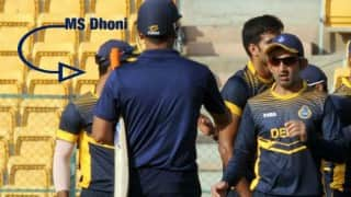 This video of Gautam Gambhir allegedly ignoring MS Dhoni has gone viral!