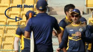 This video of Gautam Gambhir allegedly ignoring MS Dhoni has gone viral!
