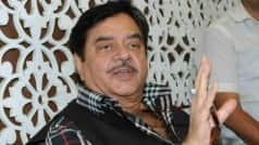 Shatrughan Sinha Takes 'Chaiwallah to PM', 'TV Actress to HRD Minister' Jibes at Narendra Modi, Smriti Irani; Video Goes Viral