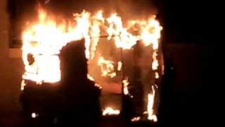 राज ठाकरे के फरमान के बाद अज्ञात लोगों ने मुंबई में ऑटो रिक्शा में लगाई आग