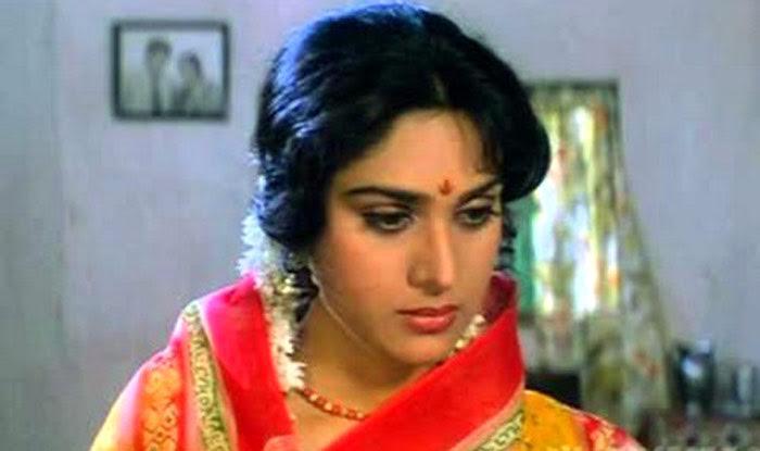 Meenakshi Seshadri photos goes viral | फिल्मों से दूर इस हाल में जिन्दगी जी रही हैं दिग्गज अभिनेत्री मीनाक्षी शिषाद्री - Meenakshi seshadri photos goes viral - Latest News & Updates in