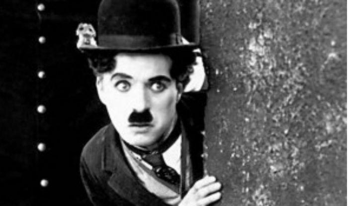 Charlie Chaplin birthday unknown fact robbers steel his deadbody | Birthday: कब्र से चोरी हो गया था चार्ली चैपलिन का शव, पूर्व PM नेहरू को जबरन पिला दिया था शैंपेन का घूंट!