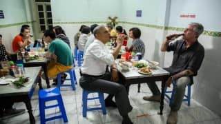 Barack Obama stops at street shop, had 'Bun-Cha' pork soup and cold beer with Anthony Bourdain in Vietnam