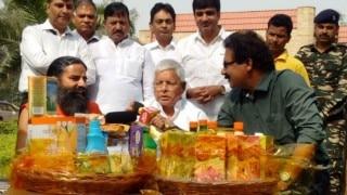 Baba Ramdev gifts Lalu Yadav a Patanjali hamper, RJD chief praises yoga guru's success (Video)