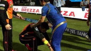 Yuvraj Singh touches Sachin Tendulkar's feet after Mumbai Indians-Sunrisers Hyderabad, IPL 2016 match