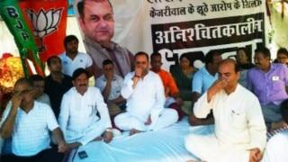 Maheish Girri does Yoga outside Arvind Kejriwal's residence