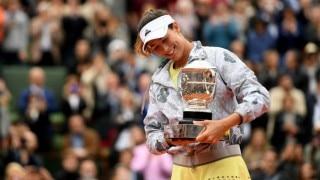 French Open: Garbine Muguruza wins title, denying Serena Williams 22nd major trophy
