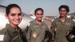 आज भारतीय वायुसेना में पहली बार फ़ाइटर पायलट बनेंगीं 3 महिला ऑफ़िसर