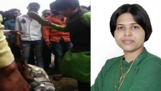 तृप्ति देसाई ने युवक की चप्पलों से की पिटाई, वीडियो वायरल