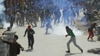 कश्मीर हिंसा: प्रदर्शनकारी सेना और पुलिस पर भीड़ की आड़ में कर रहें है हमला और लूट रहें है हथियार