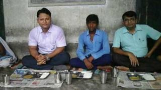 महाराष्ट्र: प्रिंसिपल ने दलित विधवा महिला को रसोइया के पद से हटाया, डीएम ने बहाल कर बच्चों के साथ ज़मीन पर बैठकर खाना खाया
