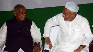 बिहार: लालू की इफ्तार पार्टी में नीतीश मांझी बैठे आसपास