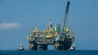 Oil prices fall on glut worries