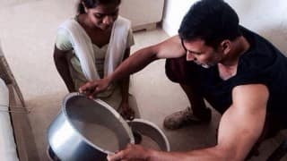 This picture of Akshay Kumar proves how he might be Bollywood's Khiladi but it is his humility that makes him a star!