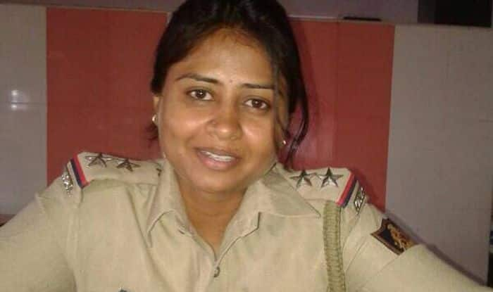 a discussion of peoples attitude towards police officers This police officer is talking about people's attitude towards women officers and it shows how regressive we indians still are.