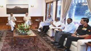 सेना प्रमुखों के साथ 2 घंटे तक वॉर रूम में रहे PM मोदी, हर मोर्चे से पाकिस्तान को घेरने की योजना