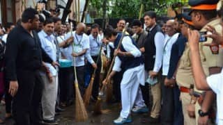 When Amitabh Bachchan picked up broom to acknowledge the Swachh Bharat Abhiyan