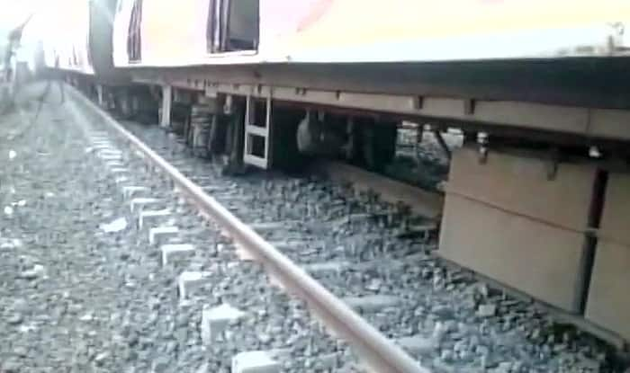 5 coaches of local train derail between Kalyan and Vithalwadi