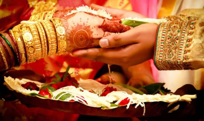 Female Priest In Kolkata Performs Wedding Ceremony Without