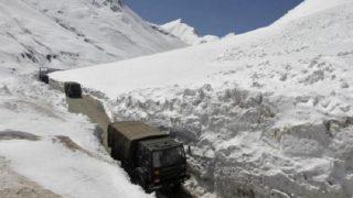 कश्मीर में भारी बर्फबारी, 48 घंटों में हिमस्खलन और हिमपात के चलते छह सैनिकों समेत 12 लोगों की मौत