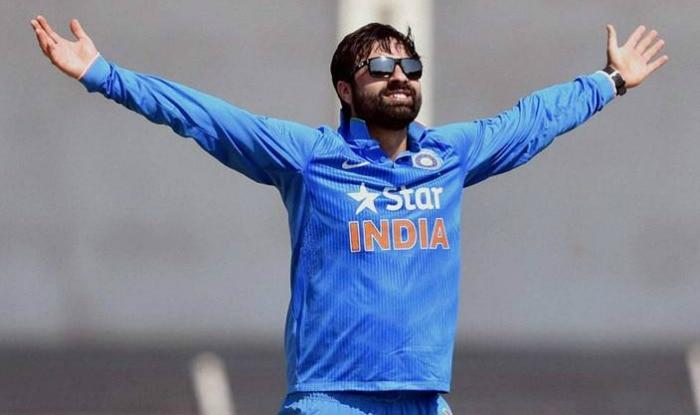 cricketer parvez rasool chewing gum during national anthem in green park  stadium   राष्ट्रगान के दौरान च्युइंगम चबाते रहे क्रिकेटर परवेज रसूल, लोगों  ने टीम से बाहर निकालने के ...