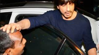 Shah Rukh Khan's reaction to this beggar proves that he is King Khan! (Watch Video)