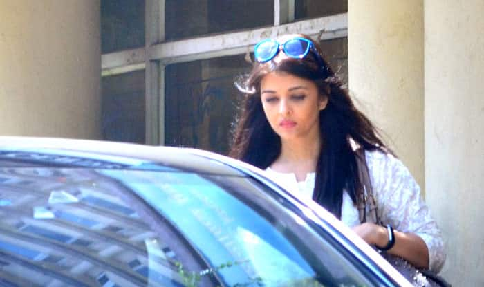 A anxious Aishwarya Rai Bachchan spotted outside the hospital - view headquarters pics