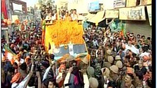 गोरखपुर में शाह-योगी का मेगा रोड शो, पुलिस ने उतारे बीजेपी के झंडे