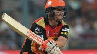 IPL 2017: Watch – David Warner helps Basil Thampi with his shoe while taking a run