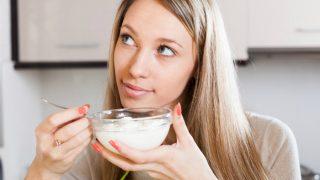 गर्मियों में रोज खाएं दही, जानें खाने के बेजोड़ फायदे
