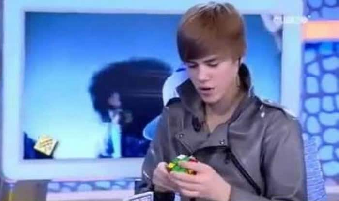 Omg Justin Bieber Can Solve The Rubiks Cube In Less Than 2 Minutes