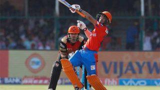 IPL 2017: 18 साल के बल्लेबाज का कमाल, जड़ दिया एक हाथ से छक्का!