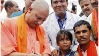 योगी आदित्यनाथ के दौरे से पहले मुसहरों को बांटा गया साबुन- शैंपू, कहा-नहाकर ही CM से मिलना