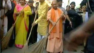 लखनऊ की सड़कों पर सीएम योगी ने लगाई झाड़ू, कई मंत्री भी हुए शामिल