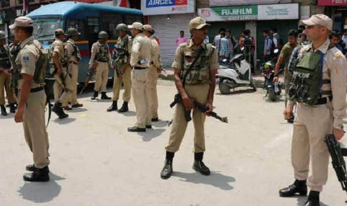 Kashmir: People lynch police officer, strong reaction from political circles