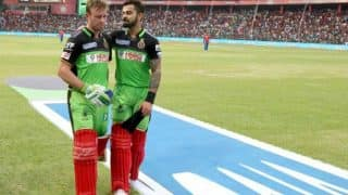 COVID-19 Pandemic: Kohli, De Villiers to Auction Cricket Gears to Raise Funds