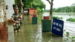 BSF Jawan Standing Guard in Floods Deserves Our Respect! See Viral Picture of Brave Indian Soldier