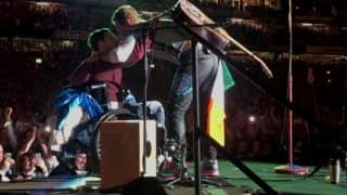 Coldplay Singer Chris Martin Invites Disabled Man to Stage, Sings With Him (Watch Video)