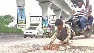 Ravi Teja 12-Year-Old Boy Fills Potholes After Witnessing a Toddler Die Due to Accident on the Hyderabad Road (Watch video)