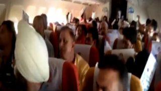 वीडियोः एयर इंडिया की फ्लाइट में एयर कंडीशनर फेल, हाथ से पंखा झलते रहे यात्री