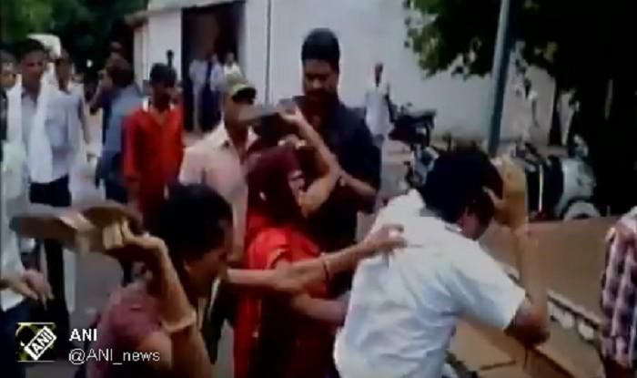 वकील की पिटाई करती महिलाएं ( फोटो क्रेडिट - ANI )