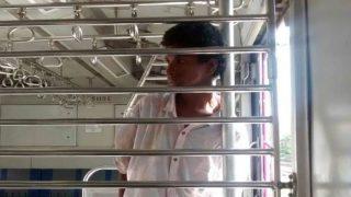 मुंबई लोकल में लड़की के सामने मास्टरबेशन करता रहा युवक, हेल्पलाइन से मांगी मदद तो हंसने लगे अफसर!