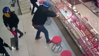 Thieves in Helmet Try to Loot Jewellery Shop in Malaysia But Fail! Hilarious Video of Goons Breaking Glass Goes Viral