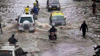 बारिश से बेहाल हुई मुंबई, फिर से पटरी पर लाने की मशक्कत शुरू