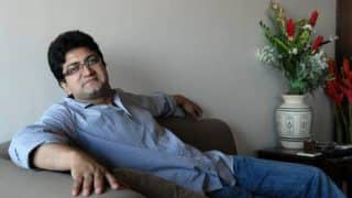 Prasoon Joshi Fails To Find The Entrance Of The CBFC Office On His First Day At Work