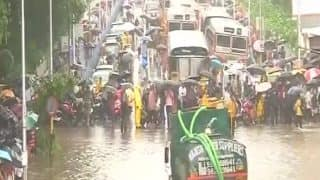 मुंबई: घरों-अस्पतालों में घुसा पानी, लोकल ट्रेनें ठप, कई जगह काटी गई बिजली