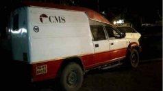 Motorcycle-borne armed men rob cash collection van in northeast Delhi | दिल्लीः कैश वैन पर हमला कर लूटे 70 लाख, सड़क पर बिखरीं गड्डियां