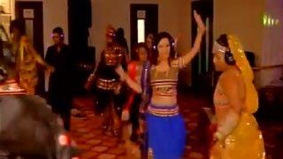 मुंबई: वायरलेस हेडफोन लगाकर लोग खेल रहे है साइलेंट गरबा